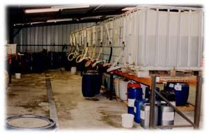 Vue partielle des stocks de produits finis en containers 1000 litres.